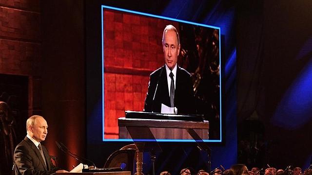 POLÍTICA. El presidente ruso Vladimir Putin (izquierda) pronuncia un discurso durante el Quinto Foro Mundial del Holocausto en el Museo Conmemorativo del Holocausto de Yad Vashem en Jerusalén, Israel, el 23 de enero de 2020