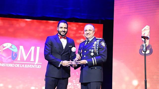 PREMIO. El galardón a Geovanny fue entregado por el Director de la Policía Nacional, el mayor General, Ney Aldrin Bautista.