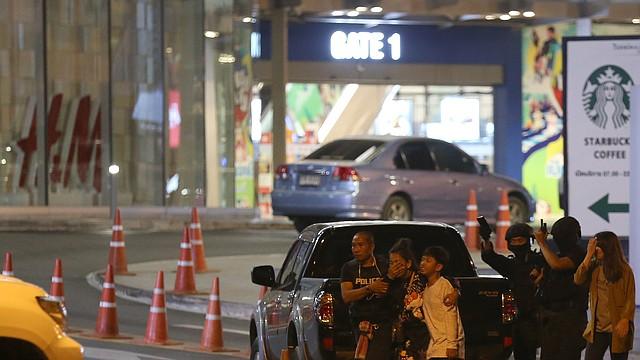 SUCESOS. Funcionarios inician el rescate de personas atrapadas en un centro comercial tailandés durante un tiroteo, el sábado 8 de febrero de 2020. | Foto: Efe.