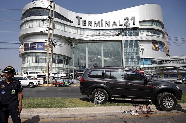 TAILANDIA. Una mancha de sangre y zapatillas abandonadas recuerdan este domingo, 9 de febrero, la masacre vivida en el centro comercial Terminal 21 de Nakhon Ratchasima. | Foto: Efe/Rungroj Yongrit.