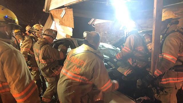SINIESTRO. Uno de los vehículos chocó con una cochera y se incendió. | Foto: Twitter @mcfrsPIO