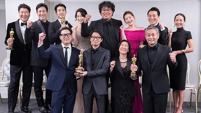 CINE. El director surcoreano Bong Joon-ho posa con miembros clave del equipo y estrellas de su película Parásitos en el London West Hollywood en Los Ángeles, el 9 de febrero de 2020. | Foto: Efe.
