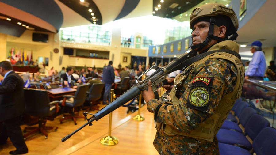 POLÍTICA. Funcionarios militares ingresaron a las instalaciones del Parlamento salvadoreño el domingo. | Foto EDH / David Martínez.
