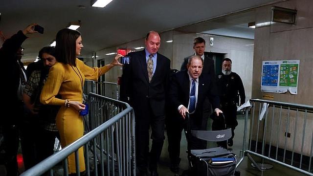 SHOW. El ex productor de Hollywood Harvey Weinstein (C) llega a la sala del tribunal con miembros de su equipo legal para otro día de su juicio por agresión sexual en la Corte Suprema del Estado de Nueva York en Nueva York, Nueva York, EE.UU., 06 de febrero 2020