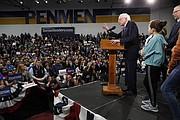 PRIMARIAS. El candidato presidencial demócrata, el senador Bernie Sanders, habla durante su evento de las primarias en el sur de New Hampshire