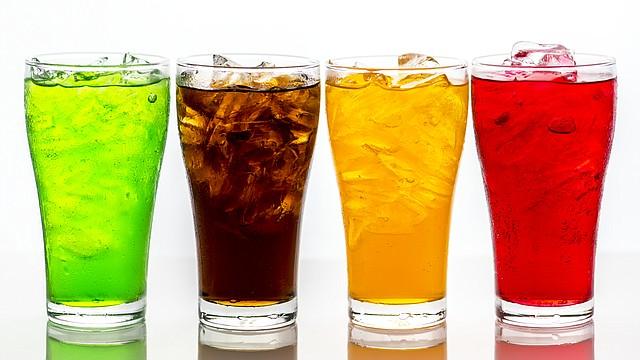 Según este impuesto, el costo de una botella de 2 litros - tamaño familiar - aumentaría de $2.19 a $3.20 (46% más).| FOTO: Background photo created by rawpixel.com - www.freepik.com