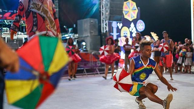 FIESTA. Fotografía del 7 de febrero de 2020 de bailarinas de Frevo en la ciudad de Recife. El frevo, el ritmo frenético que se baila con pasos acrobáticos y pequeñas sombrillas de colores, celebra este domingo su Día Mundial como una expresión artística vigente, en vísperas del Carnaval de Recife, en Brasil