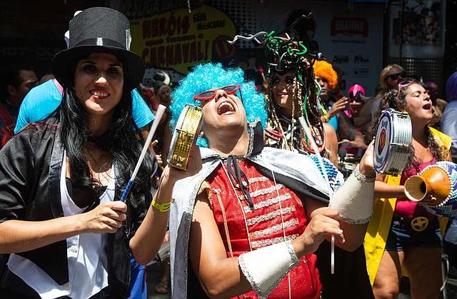 """BRASIL. Foto cedida que muestra a integrantes de la comparsa """"Desliga da Justiça"""", este sábado en la ciudad de Río de Janeiro"""