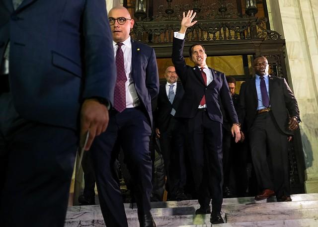 DIÁSPORA. A la salida de la OEA, Guaidó se reunió a la diáspora venezolana que lo esperaba frente a la institución bajo la lluvia. | Crédito: Marlon Correa para ETL.