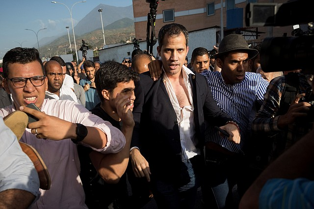 AGRESIÓN. Al llegar a Venezuela, paramilitares adeptos al régimen agredieron a Guaidó, su equipo y periodistas en las inmediaciones del aeropuerto de Maiquetía. | Crédito: Efe/Rayner Peña.