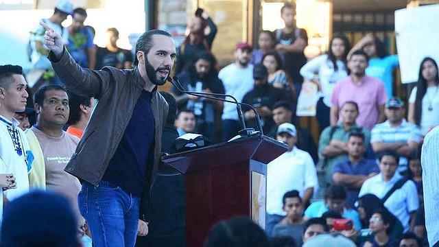EL SALVADOR. El 15 de noviembre de 2018, el entonces candidato llegó a la UES a dirigir un mitin con estudiantes y anunciarles que marcharía hasta la Asamblea con el apoyo del Ejército y la Policía, lo cual cumplió el domingo