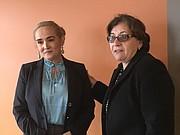 Lucy Pineda (izq.) recibe el apoyo de la presidenta del Consejo Municipal de Everett, Rosa DiFlorio.