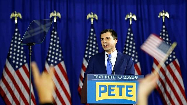 ELECCIONES. El ex alcalde Pete Buttigieg, candidato demócrata a la presidencia de los Estados Unidos, habla con sus partidarios durante el mitin nocturno de las primarias en Nashua, New Hampshire, EE.UU., el 11 de febrero de 2020