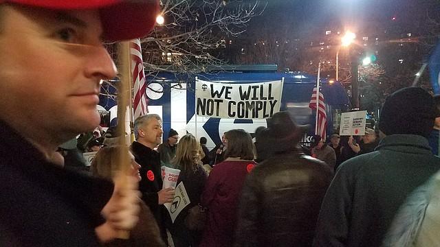 PROTESTA. Varias personas de Virginia, quienes están a favor de las armas, protestaron afuera del evento. | CREDITO: Tomás Guevara - ETL
