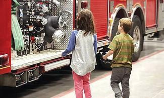Diviértete con los bomberos.