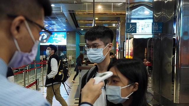 SALUD. En varios países del mundo se instalan puntos de control para medir constantemente la temperatura de los viajeros y residentes de las zonas ante el coronavirus