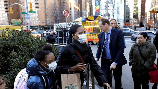 SALUD. Las personas emergen del metro con máscaras protectoras en Columbus Circle en Nueva York, el 4 de marzo de 2020. | Foto: Efe.