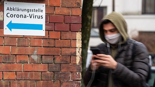 SALUD. Un hombre camina a un punto de información de Coronavirus de un hospital de Vivantes, en Berlín, Alemania, el 9 de marzo de 2020. | Foto: Efe