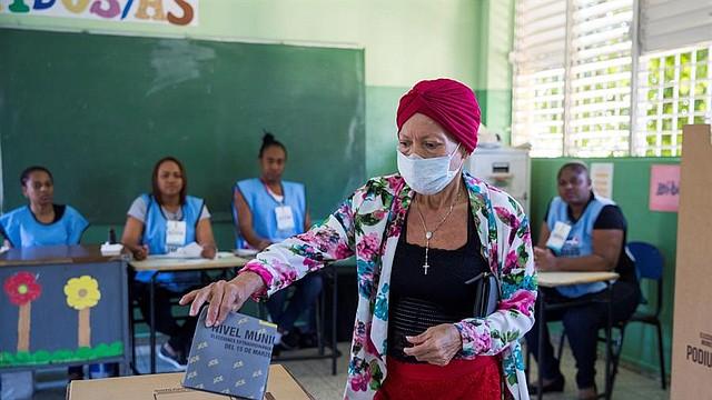 COMICIOS. Una mujer vota este domingo durante las elecciones municipales en Santo Domingo. | Foto: Efe/Orlando Barría.