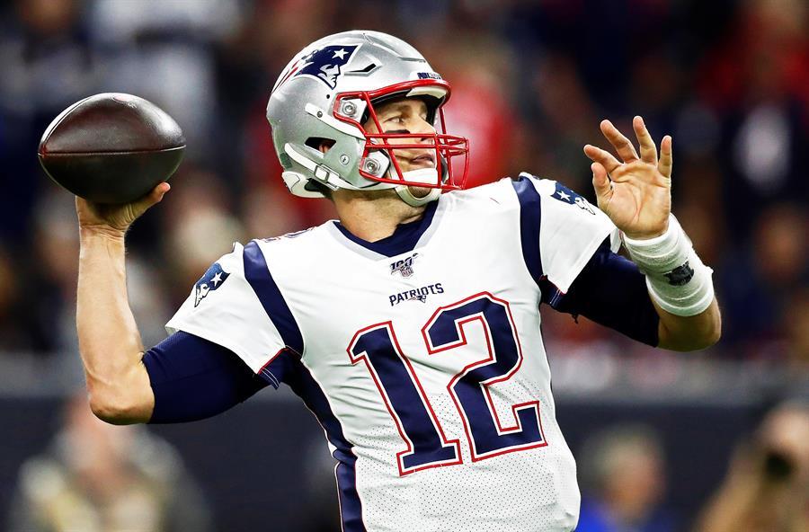 DEPORTES. El mariscal de campo de los Patriots de New England, Tom Brady, pasa el balón en la primera mitad del partido de fútbol americano de la NFL entre los Patriots de New England y los Texans de Houston en Houston, Texas, EE.UU., 01 de diciembre de 2019