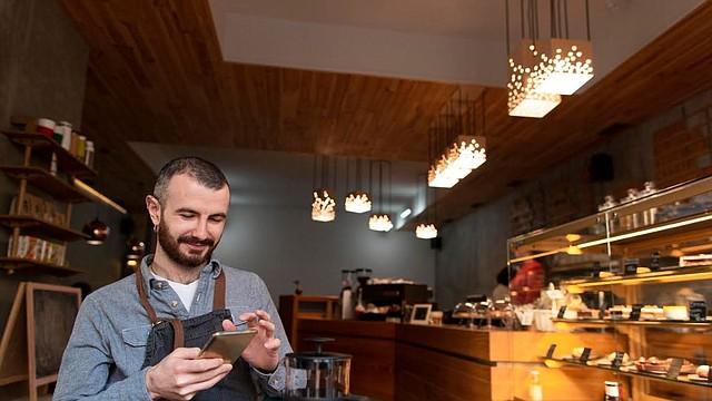 Congelando los pagos de gastos fijos para pequeños negocios es la mejor manera de proteger 24 millones de pequeños negocios afectados por la crisis del coronavirus que no pueden participar en el programa PPP del SBA | Foto: Business photo created by freepik - www.freepik.com.