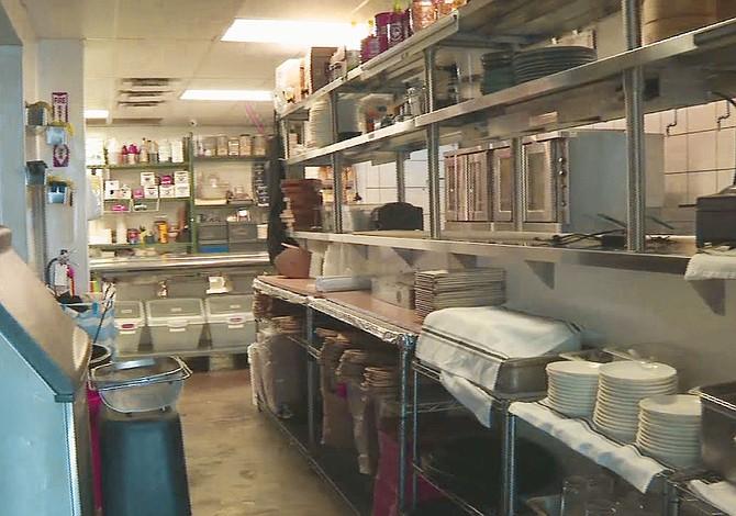 Restaurantes cierran sus puertas, pero no sus ventanillas