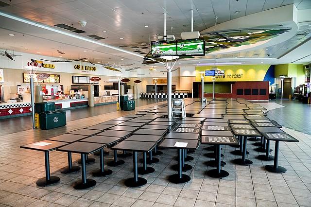 LOCALES. Patio de comidas del centro comercial Lakeforest Mall, en Gaithersburg, Maryland, el 18 de marzo de 2020. | Foto: Efe/Jim Lo Scalzo.