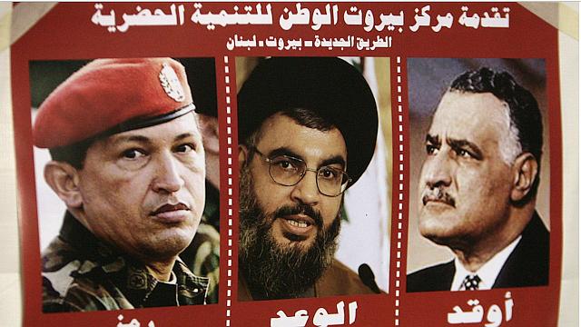POLÍTICA. Un cartel muestra al secretario general de Hezbolá, Hassan Nasrallah, al presidente venezolano Hugo Chávez y al líder árabe Jamal Abdel Nasser el 7 de diciembre de 2006 en Beirut. (foto cortesía AFP