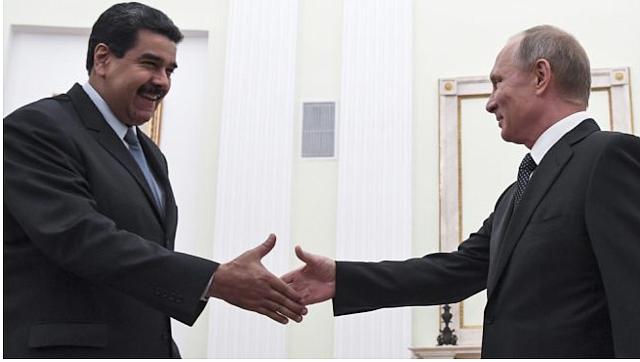 UNIÓN. Nicolás Maduro se estrecha la mano con el Presidente de Rusia