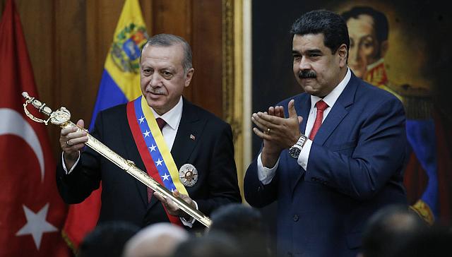 ALIADOS. Erdogan, tras recibir el 3 de diciembre en Caracas una réplica de la espada de Bolívar de manos de Maduro