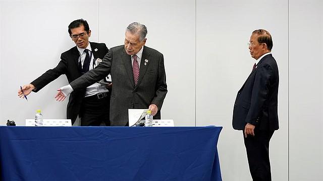 DEPORTE. El presidente del Comité de los Juegos Olímpicos de Tokio, Yoshiro Mori (C) y el CEO del Comité, Toshiro Muto (R), llegan a una conferencia de prensa en Tokio, Japón, hoy 23 de marzo de 2020