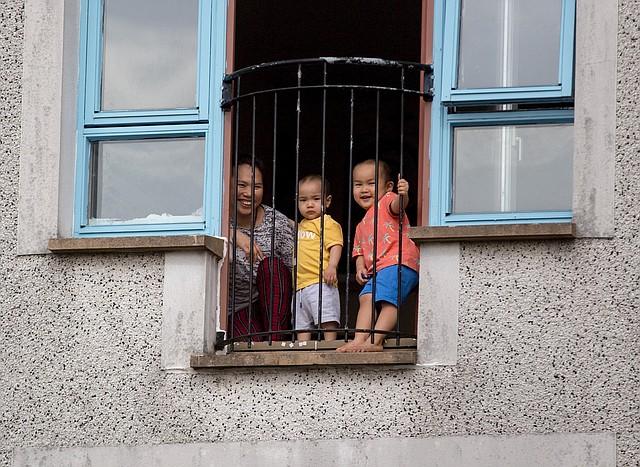CUARENTENA. Una familia en Easterhouse durante el encierro en Glasgow, Gran Bretaña, para prevenir el coronavirus, el 24 de marzo de 2020. | Foto: Efe/Robert Perry.