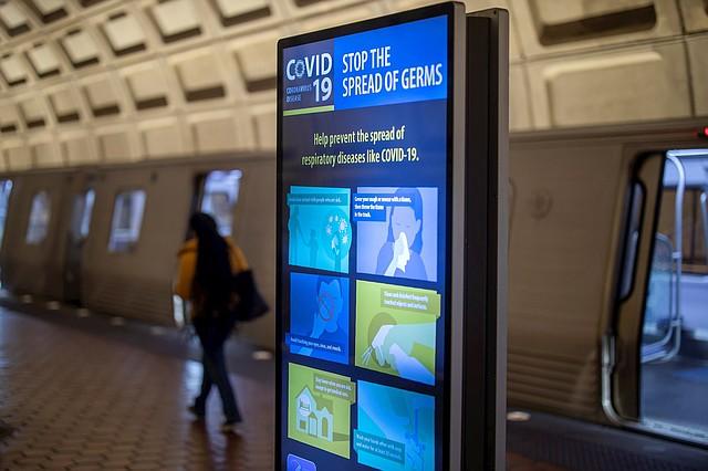 PREVENCIÓN. Una pantalla informativa sobre el COVID-19 en una estación de Metro en Washington, DC, el martes 24 de marzo. | Foto: Efe/Erik S. Lesser.