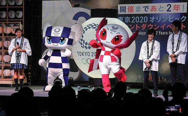 DEPORTE. Fotografía de archivo de la mascota de los Juegos Olímpicos de Tokio 2020 Miraitowa (2-i) y la mascota de las Paralimpiadas Someity (c), en la ceremonia de conteo regresivo para las Olimpiadas de Tokio 2020, el 24 de julio de 2018 en Tokio.   Foto: Efe/Kimimasa Mayama.