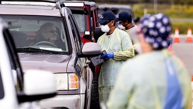SALUD. Enfermeras y voluntarios recogen muestras en un lugar de pruebas de coronavirus en medio de la pandemia de coronavirus COVID-19, en el Estadio Diamante en el Lago Elsinore el 24 de marzo de 2020
