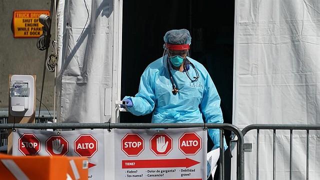 ACCIONES. Un miembro del personal médico deja una tienda de pruebas de Coronavirus en el Hospital en Estados Unidos