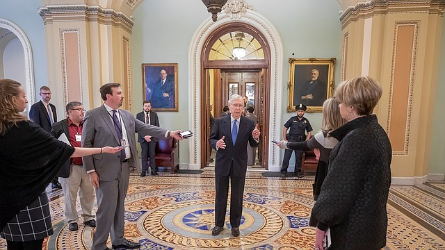 POLÍTICA. El líder de la mayoría republicana en el Senado, Mitch McConnell (c), dijo que al fin tienen un acuerdo. | Foto: Efe/Erik S. Lesser