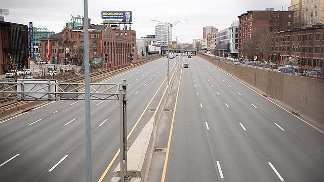 LOCAL. Pocos vehículos circulan por la autopista de Massachusetts o la Interestatal 90, en Boston, Massachusetts (EE.UU.), el 25 de marzo de 2020