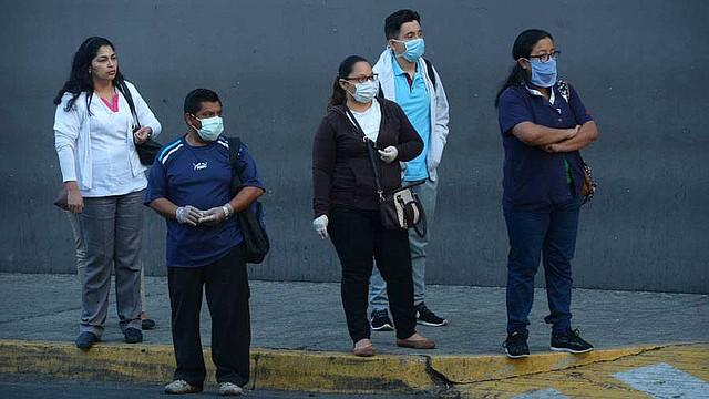 PREVENCIÓN. Los ciudadanos comenzaron a usar mascarillas, guantes, pañuelos y alcohol gel. | Foto EDH/Jorge Reyes