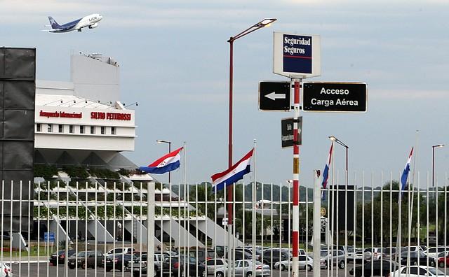 MEDIDAS. Aeropuertos paraguayos cierran sus pistas a vuelos del exterior salvo de carga. FOTO: EFE / Andrés Cristaldo