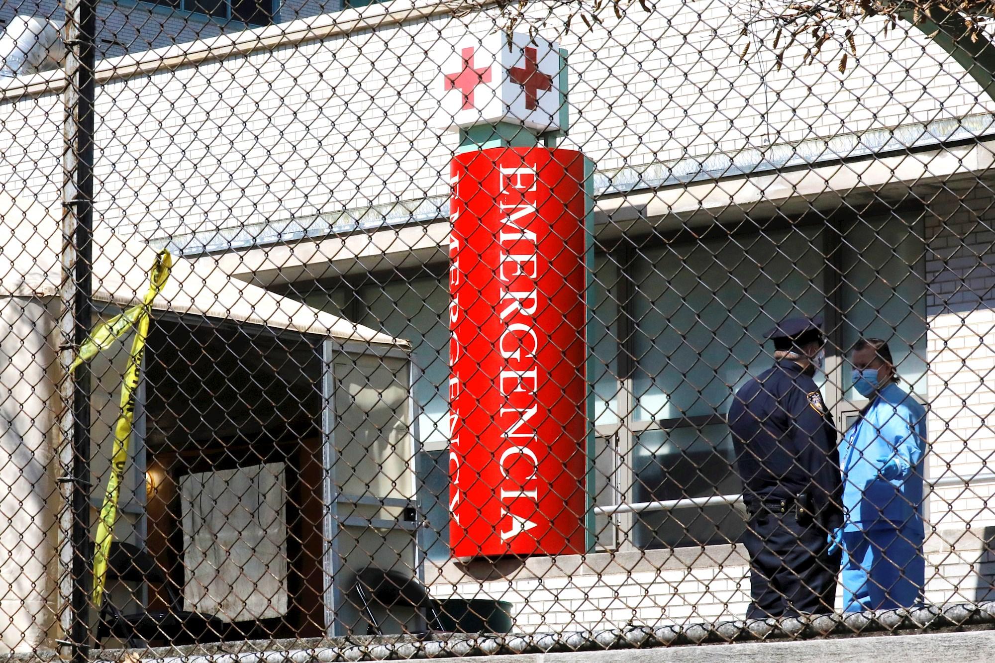 SALUD. Se erigió una carpa temporal fuera de la sala de emergencias en el Hospital Metropolitano de Nueva York, ciudad donde los servicios médicos comienzan a colapsar, el 26 de marzo de 2020. | Foto: Efe/Peter Foley.