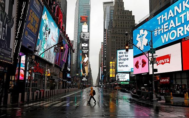 NACIONAL. Fotografía fechada el 24 de marzo de 2020 de un hombre caminando por un Times Square totalmente vacío a causa del coronavirus en Nueva York. | Foto: Efe/Peter Foley.