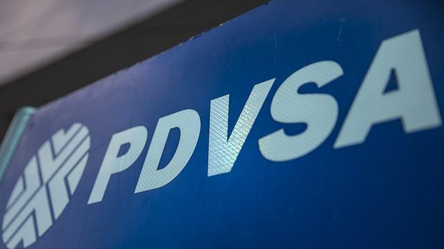 VENEZUELA. Detalle de un logotipo en una estación de servicio de gasolina de Petróleos de Venezuela (PDVSA), el 25 de agosto de 2017, en Caracas. Decenas de funcionarios de la estatal están envueltos en tramas de corrupción y lavado de dinero. | Foto: Efe/Miguel Gutiérrez.