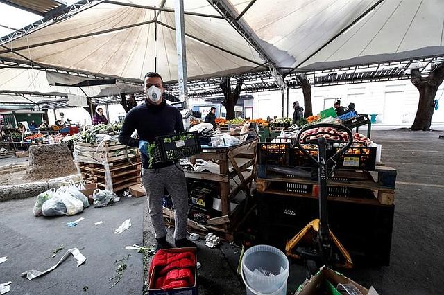 MUNDO. Un mercado de frutas y verduras en Civitavecchia, cerca de Roma, Italia, 28 de marzo de 2020. Italia se encuentra bajo encierro en un intento de detener la propagación del coronavirus SARS-CoV-2 que causa la enfermedad Covid-19