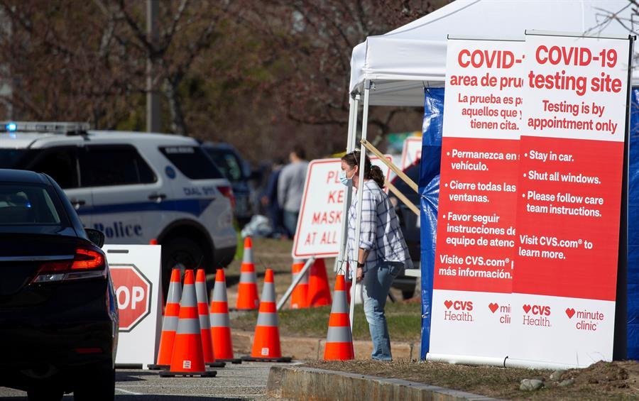 SALUD. Equipo Un empleado de CVS revisa a los pacientes en los vehículos que llegan a un centro de pruebas de CVS en Estados Unidos