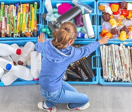 NECESARIO. Reciclar es una de las actividades cotidianas más sencillas y gratificantes que podemos hacer, y en esta tarea puede participar cualquier integrante de la familia, incluso los más pequeños de la casa. Reciclar es un ejemplo de responsabilidad social y de cuidado del medio ambiente.