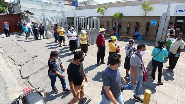 PANDEMIA. Salvadoreños continuaron el 31 de marzo acudiendo a las agencias bancarias para retirar el subsidio de $ 300. Foto/Jorge Reyes.