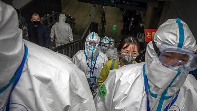 PANDEMIA. Los pasajeros que llegan desde Wuhan tienen un transporte dedicado para ellos en la estación de trenes de Beijing, China. | Foto: Efe.
