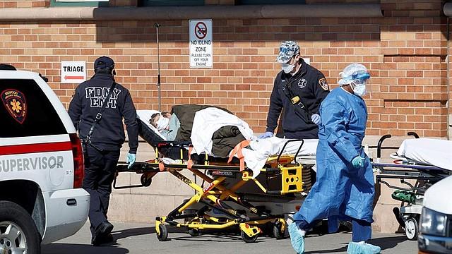 NUEVA YORK. Un paramédico traslada a un paciente de una tienda de triaje instalada en el Centro Médico Maimonides en Brooklyn, Nueva York, EE.UU., el 17 de abril de 2020