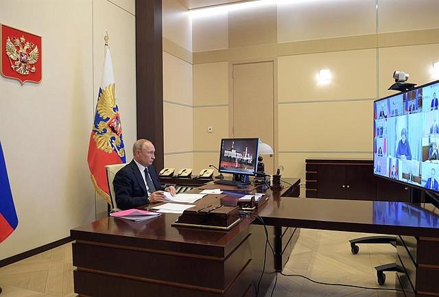 MUNDO. El presidente ruso Vladimir Putin asiste a una reunión con los gobernadores regionales sobre las medidas para frenar la propagación del coronavirus del SARS-CoV-2 que cura la enfermedad COVID-19, por videoconferencia en la residencia estatal de Novo-Ogaryovo en las afueras de Moscú, Rusia, 28 de abril de 2020